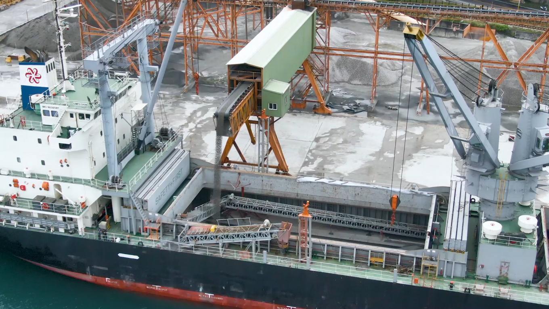花蓮區域性的產品,如砂石、水泥等,經由花蓮港將這些材料運送至台灣北部,進行建設或外銷出口。
