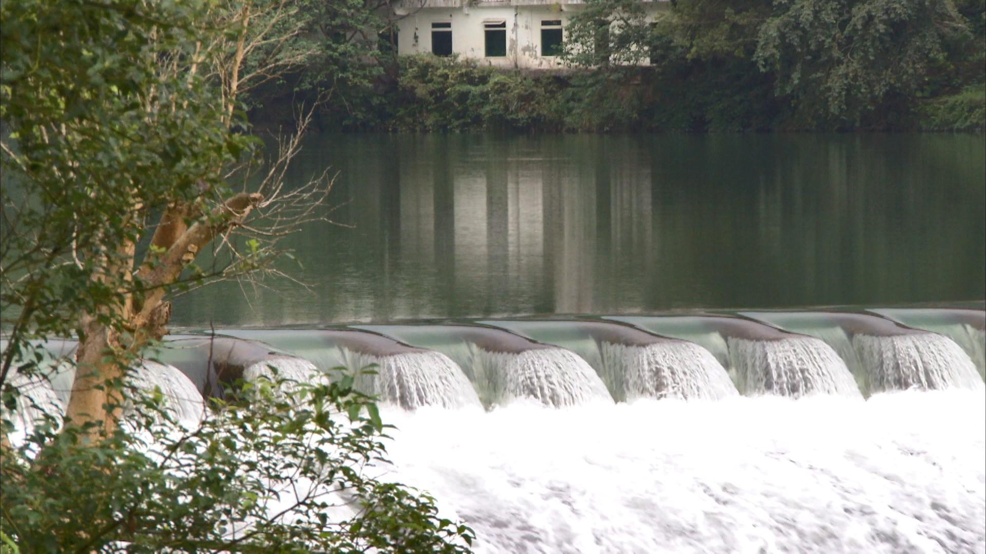 小粗坑電廠>粗坑壩(屈尺壩) :粗坑壩是一個混凝土重力壩,壩本身的重量必須承受水的壓力。