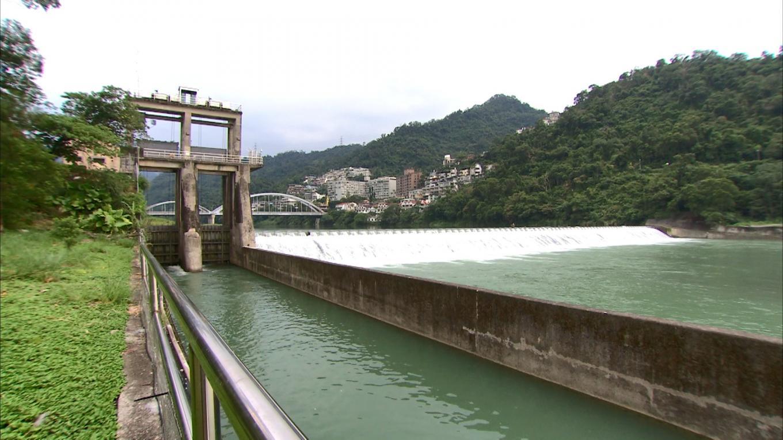 小粗坑電廠>粗坑壩右側2座直堤式取水閘門:每座寬 3.38 公尺,高 4.35 公尺,設計水量為每秒 27.08 立方公 尺。