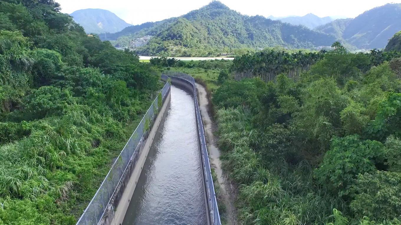 小粗坑電廠>小粗坑引水道明渠:小粗坑引水隧道是目前國內最古老的引水設施,建造於民國前五年,是開渠再加上隧道的結構,隧道因為建造的時間比較早,所以是磚砌的隧道。