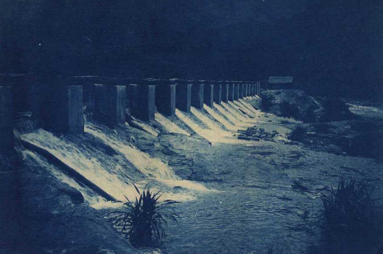粗坑發電廠:龜山發電廠竣工發電後,1907 年 5 月成立「台灣總督府電氣作業所」,同月於現今新店粗坑里新店溪畔,興建小粗坑電廠。