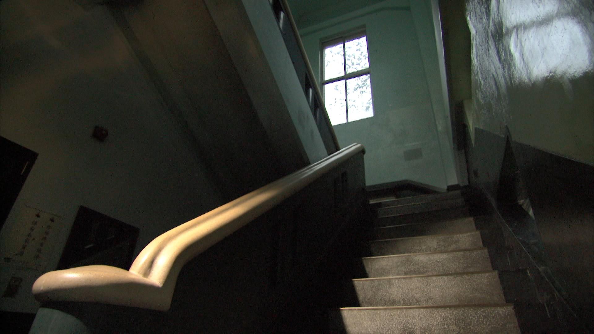 桂山電廠日本式建築構造:電廠的建築室內構造及門窗仍保留完整日本時期風貌,發電機亦為昭和年代所製機器,並運作至今。