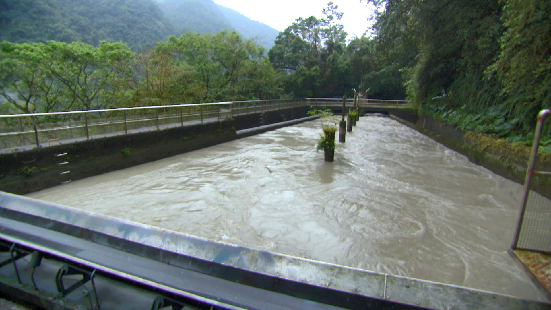 烏來電廠前池:前池長 35 公尺,上游面寬 7.5 公尺,下游面寬 15 公尺,深 3.5 公尺,容量   2,200 立方公尺。