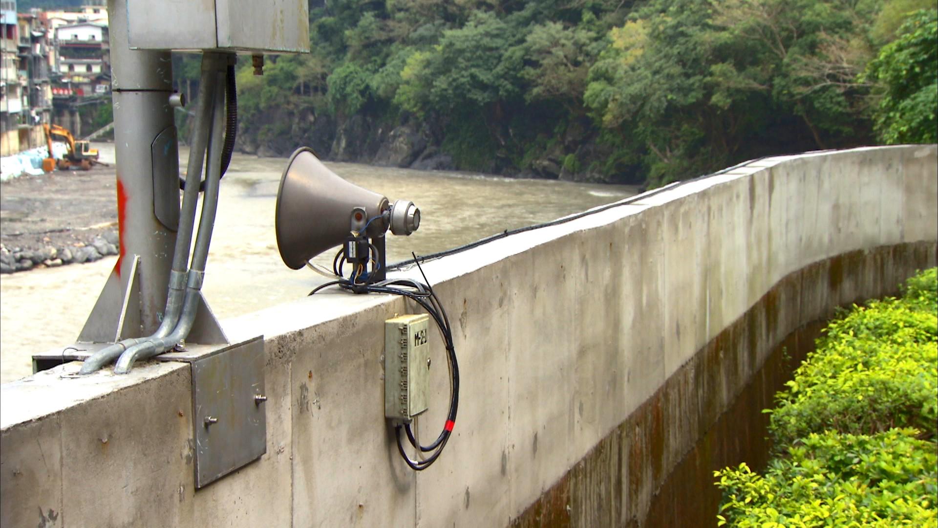 烏來電廠防洪牆(由顏色可看出分三次加高)
