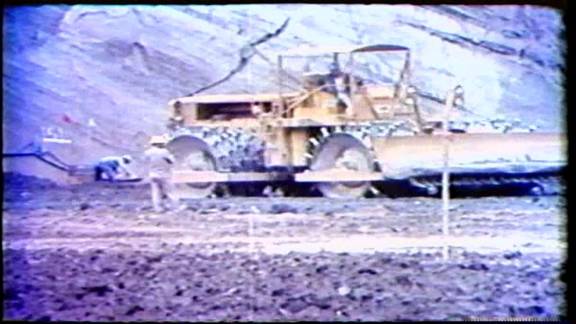 榮工處承建曾文水庫之大壩填築使用機械夯實土地
