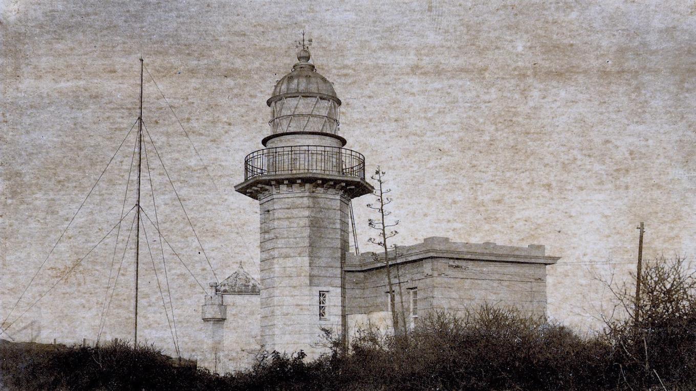 高雄港:日治時期重修的旗后燈塔1918年修復完成,修建後的燈塔,塔身為八角形,至頂部轉為圓筒狀,有陽台可供遠眺。