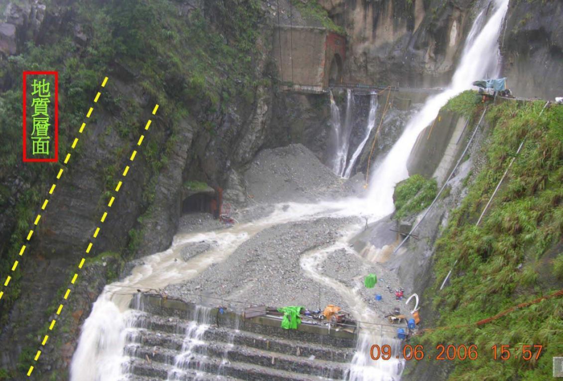 大甲溪流域谷關地下廠房正上方地表地質層面高角度走向導致地表逕流入滲