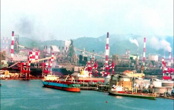 高雄港:大林火力電廠1967年興建,1969年開始商轉。至1974年裝置燃煤及燃油四機組及一燃氣機組總裝置容量為1,350MW。