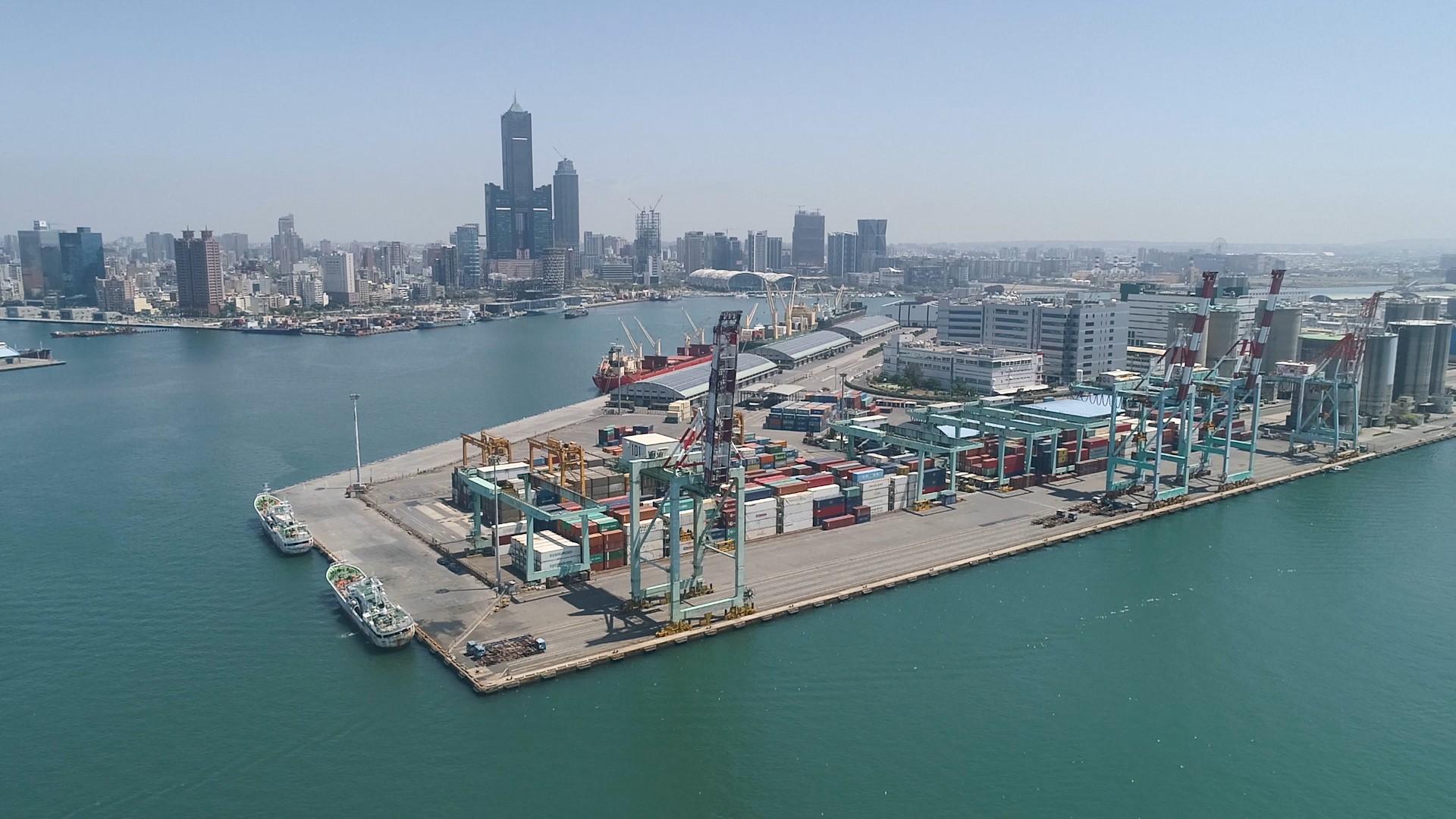 高雄港:中島新商港區開發於民國五十二年(1963年)浚挖航道抽沙築島,1966年興建完成高雄加工出口區 ,至1975年完成中島新商港區開發