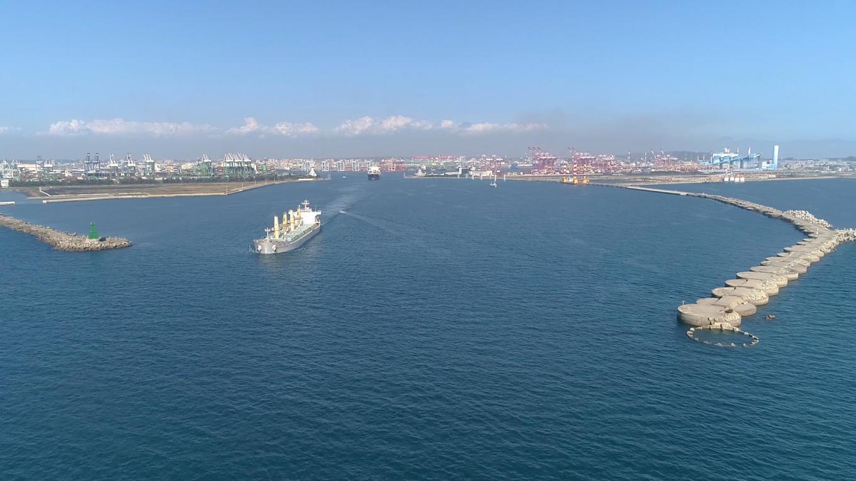 為了因應當時國際海運趨勢全往大噸位方面發展,第一港口的航道不利於三萬噸級以上的船隻進入,在擴建計畫之中高雄港務局於1967年7月開闢第二港口