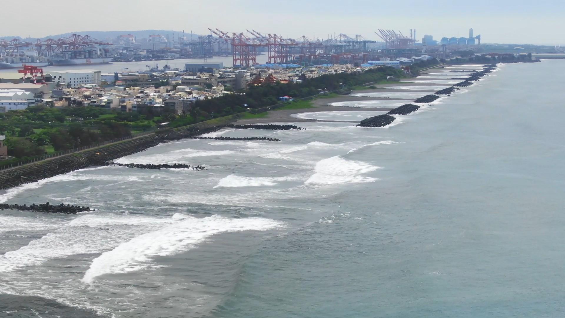 高雄港:第二港口護岸工程:為防止潮水侵蝕中洲,興建護岸工程