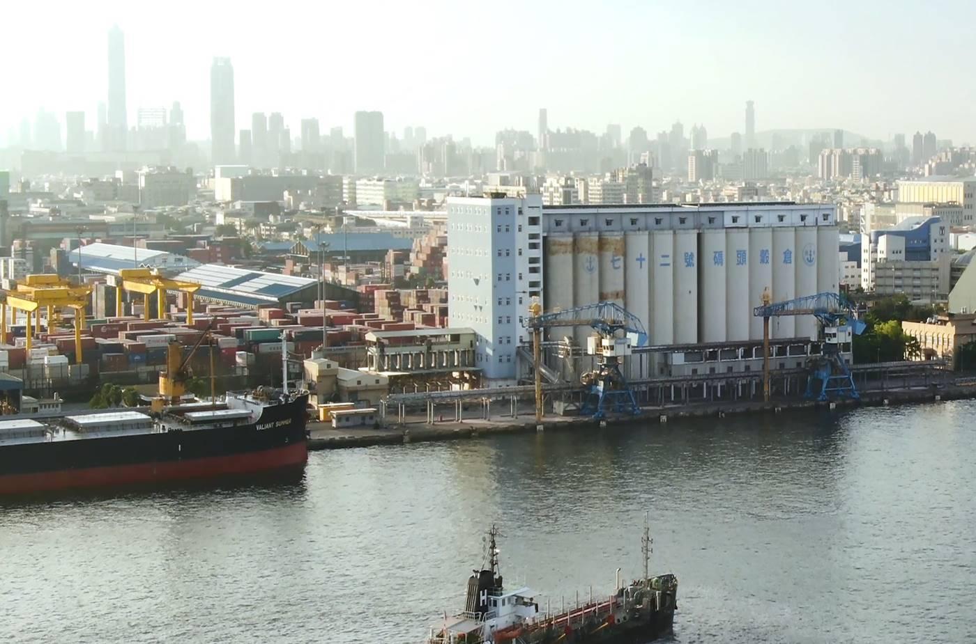 高雄港穀倉計畫:為彌補中島穀倉之不足,在71號至73號碼頭建造14公尺深水碼頭,以利7萬5000噸級穀類船進港。