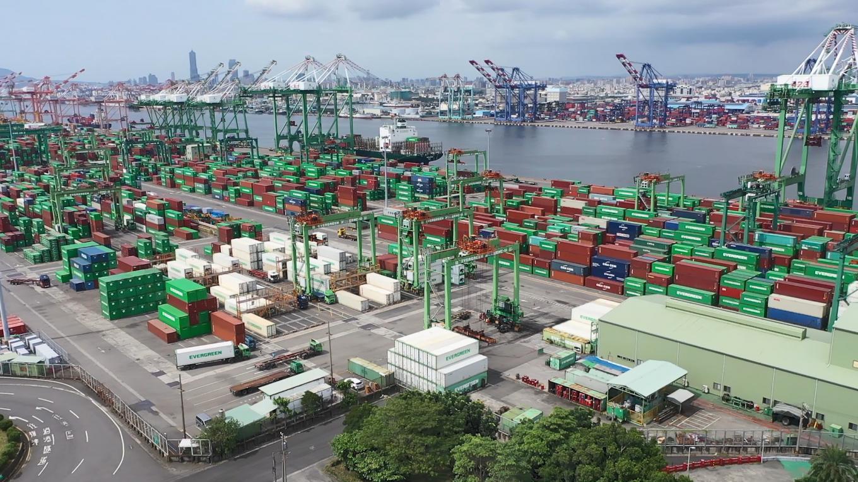 高雄港第四貨櫃中心:從115至121號碼頭,共計7座,每座水深14公尺。
