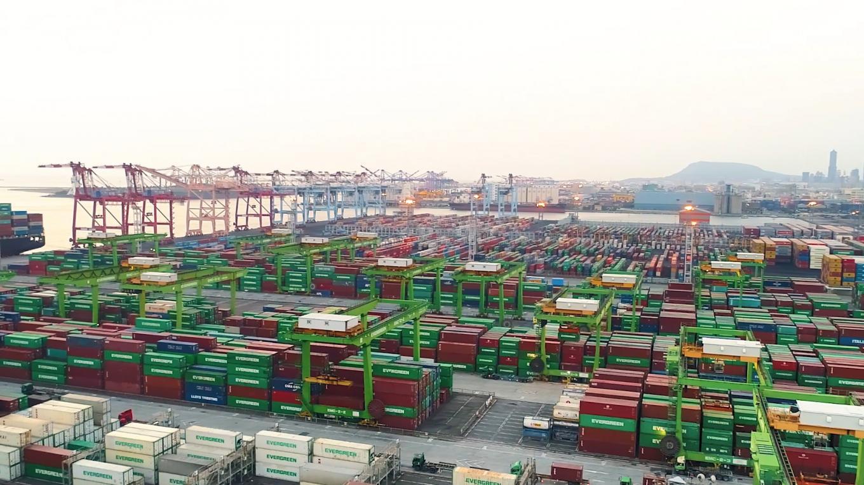 高雄港:第五貨櫃中心  8座水深14到15公尺的碼頭,可放貨櫃4萬9000個TEU