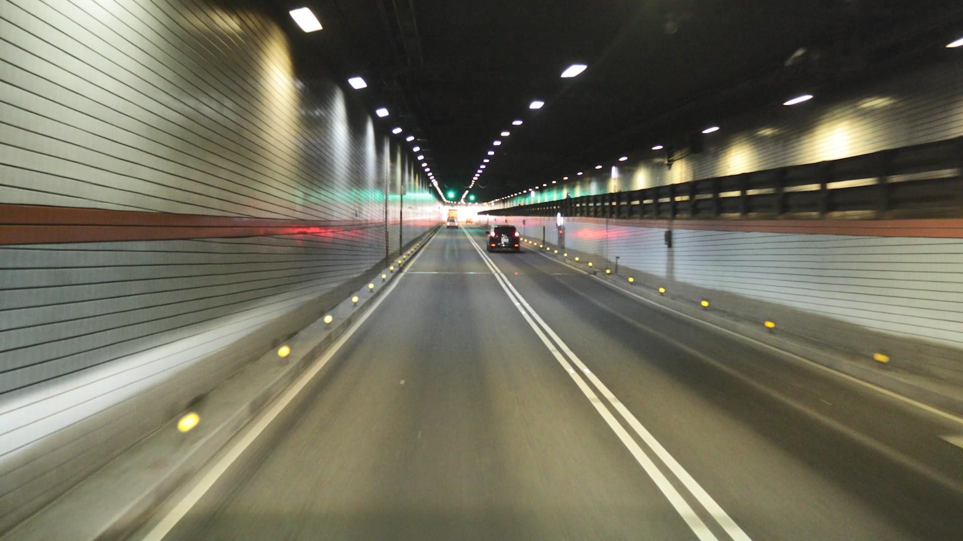高雄港:1981年興建高雄過港隧道穿越南北主航道,橫跨高雄市前鎮區與旗津區之間,穿過寬440公尺、水深14公尺之主航道,是台灣唯一的水底公路。