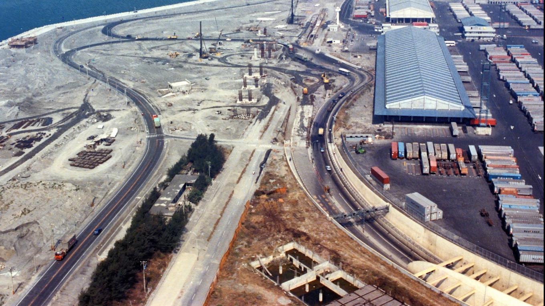 高雄港:過港隧道工程由榮工處設計、施工、統包承辦全長1,670公尺,主要是由六節鋼筋混凝土沉埋管結構體所組成。