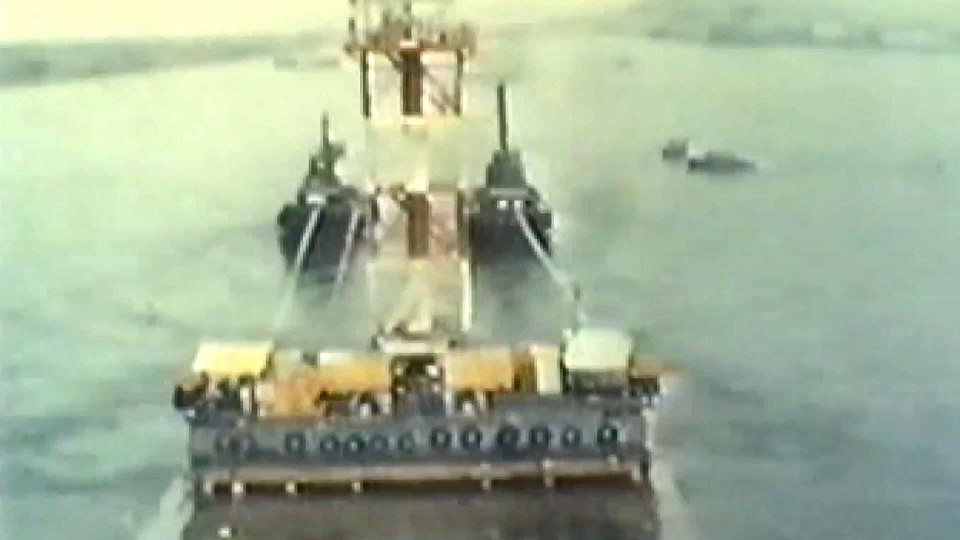 高雄港:以駁船拖動沉埋管到適當位置,打開預留之孔洞讓海水進入,而沈入海底,再以特殊柔性接頭接連六個沉埋管,最後,抽乾沉埋管內海水,隧道工程才順利完工