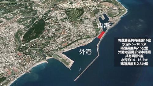 花蓮港是一個人工港,由西防波堤及東防波堤所圍成,開口西南,其中以窄航道為界,區分為內港及外港,往來船隻可自外港往北,經狹長航道進入內港。