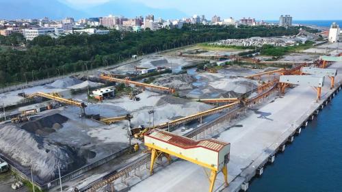 花蓮港出口的貨物,主要以區域特性之砂石、水泥等為主。