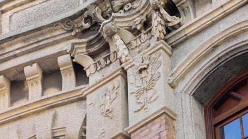 淡水港:日本風格之飾紋  華麗跨張的柱頭装飾  立体浮雕  繁複的花草紋飾  雕塑立面柱