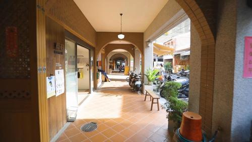 店街走廊(亭仔脚)承襲了淡水港區多元文化發展