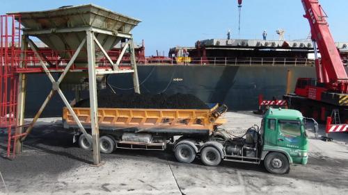 花蓮港進口的煤炭,提供「亞洲水泥」作為水泥製成的燃料使用