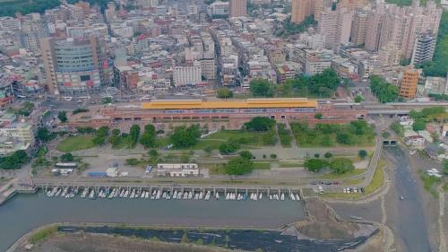 原淡水鐵路於1988年功成身退。1997年3月淡水到中山捷運通車,從淡水到台北只需30分鐘,帶動淡水地區的繁榮。淡水港則成為漁港及觀光勝地。
