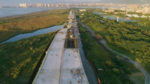 淡水港:施工中的淡江大橋引道,將聯結淡水、八里、台北港為一體