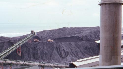 林口電廠早期的儲煤場:在1968年至1985年的燃料種類為煤碳與重油。