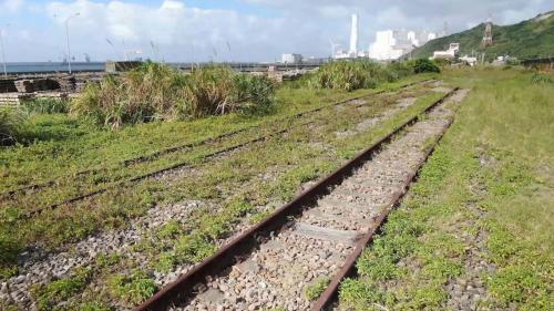 林口電廠運煤的桃林鐵路現存的鐵軌:興建於1967年,自縱貫線鐵路桃園站起,經龜山、蘆竹至林口電廠廠區邊界,長約 19 公里的桃林鐵路,於2012年停駛,如今僅存鐵軌,已不再營運。