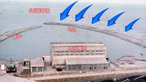 林口電廠的抽水機房及南、北堤:進水口兩側的防坡堤由岸邊直接伸向外海,面臨台灣海峽,是堆石式構造,成南北環抱狀,北堤較為伸出,以防止東北季風侵蝕,也阻擋海沙流入堤內。進水口上方有抽水機房。