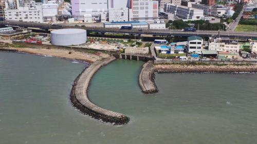 林口電廠出水口:抽水機房能抽取海水,使其經暗渠輸送至廠房冷卻後,再經由地下暗渠,於出水口排入海中。