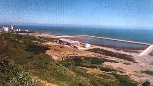林口電廠旁的灰塘:灰塘位於進水口東北面,是由煤炭燃燒後所產生的灰渣填海造陸而成,回收利用,增加沿岸土地面積,並作為將來工程用地。