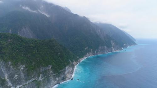 花蓮港:現今的蘇花公路就是日治時期的臨海道路,是台灣著名的景觀公路,沿路可見太平洋遼闊海景與峭壁山色。