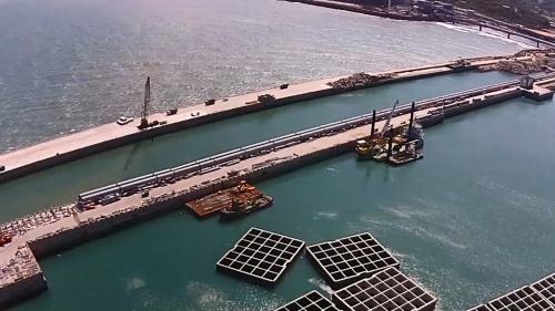林口電廠海堤上搭建中之輸煤機