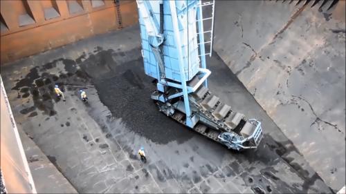 林口電廠卸煤碼頭卸煤機將貨艙中的煤炭挖入昇斗