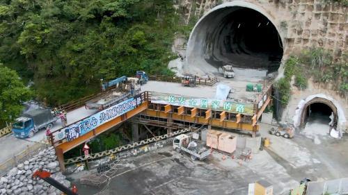 花蓮港:2011年「蘇花改」計劃,回應民意「安全回家的路」之訴求,改善蘇花公路的安全性與可靠度。