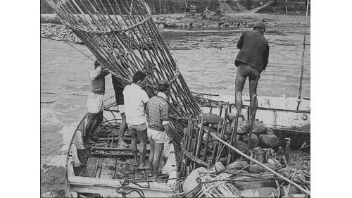 瑠公圳攔河堰採用的漏斗形竹蛇籠;平放于豎立之竹蛇籠下方作護坡