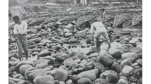 瑠公圳:靠水壩邊緣用小石塊和砂石填舖,並築成一條斜坡護岸