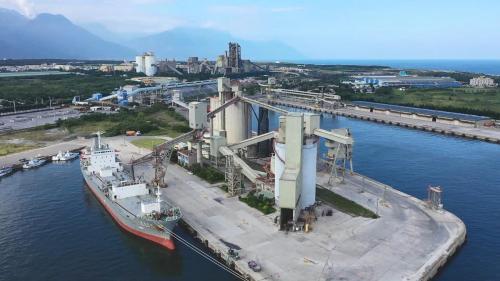 花蓮港為地方資源(如砂石、水泥等)型港埠,肩負東部地區產業輸運的重要責任,圖為亞洲水泥花蓮儲運站。