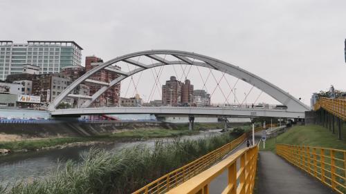 瑠公圳:今之景美橋,1963年,再由省水利局第12工程處重新設計用虹吸管埋於溪底通水,改為『單跨上承式鋼拱橋』