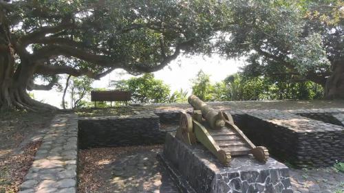 蘇澳港砲台山的大砲:大砲口是朝海面方向