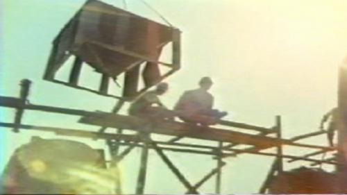 蘇澳港碎波堤及防波堤施工-製作消波塊:擴建工程的第一個挑戰 是要克服來自太平洋的長浪,所以施工人員要先趕在一年內,陸續在海中放置了3700多個消波塊,完成了碎波堤。