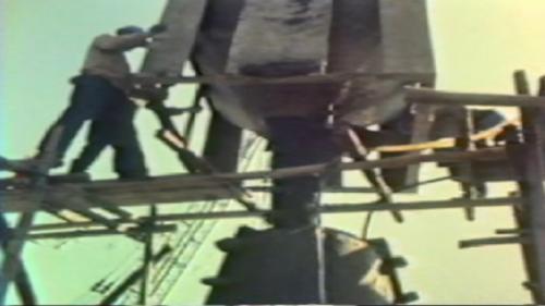 蘇澳港碎波堤及防波堤施工-製作消波塊:碎波堤完成後,並緊接著進行外擴防坡堤工程,以保護海灣免受颱風與巨浪的侵襲,讓後續施工計畫得以繼續進行。