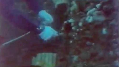 蘇澳港沈箱前蛙人先下海進行海底整平:埋設炸藥將突出的礁石炸除。