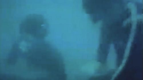 蘇澳港沈箱前蛙人先下海進行海底整平:礁石炸除後用石塊填補傾斜的海底,蛙人再下海整平海底,整平做為安放沉箱的基礎。