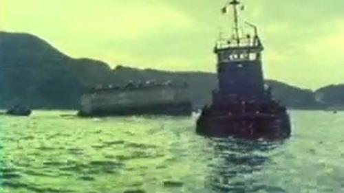 蘇澳港沈箱作業-駁船將沈箱拖運至適當地點:海底整平後,以駁船將沉箱拖拉至預定位置。
