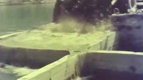 蘇澳港沈箱作業-以砂石填滿沉箱內的空格:到達預定位置後,以砂石填滿沉箱內的空格。