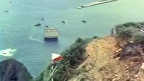 1976年5月18日凌晨第一座沉箱拖向外擴防坡堤:第一座沉箱迎著朝陽,緩緩被拖向外擴防坡堤,象徵著蘇澳港的誕生。