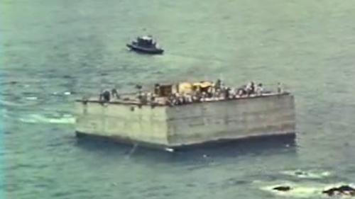 1976年5月18日凌晨第一座沉箱拖向外擴防坡堤